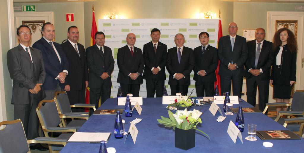 Francisco Javier González y la directiva de Arevenca, junto a representantes del grupo chino de aviación Avic XAC, durante la firma del fraudulento contrato de $2 trillones